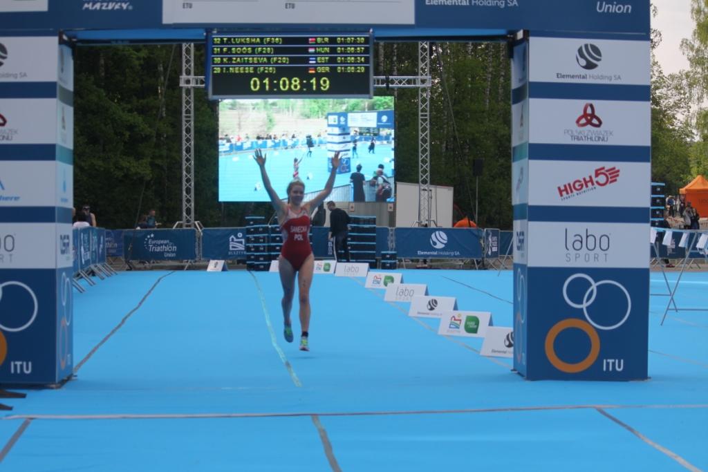 Julia Sanecka na mecie PE w Triathlonie w gronie elity kobiet w Olsztynie 2019 roku