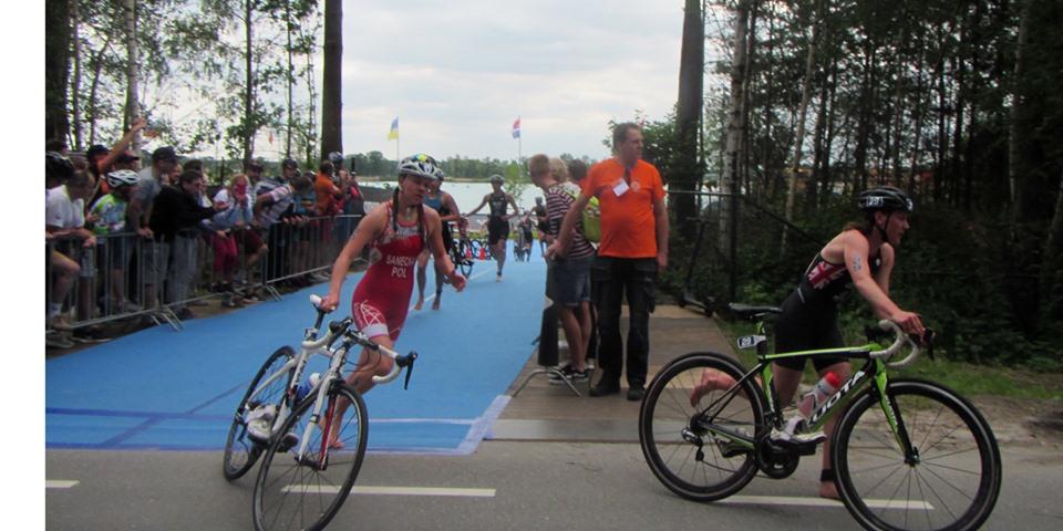 Julia Sanecka wyprowadza rower ze strefy zmian po pływaniu podczas Mistrzostw Europy Juniorów w Weert - Holandia - 2019