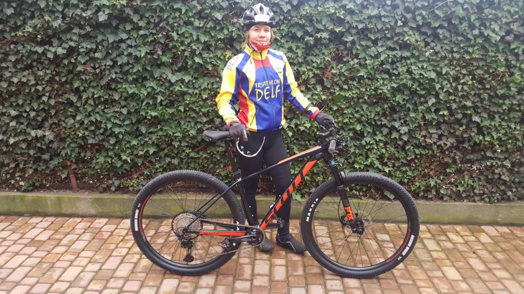 Sanecka Julia z rowerem z PolskiegoZwiązku Triathlonu