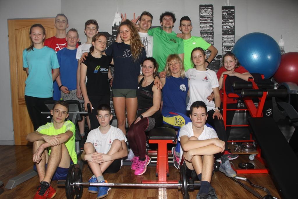 Trening grupy na siłowni Delfa