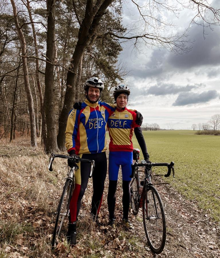 Bartłomiej Ratajczak z trenerem Markiem Saneckim podczas treningu rowerowego w sobotę 20 marca 2021 roku